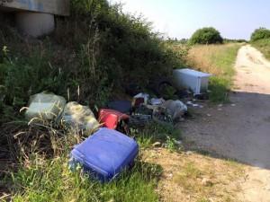 Un esempio di abbandono incontrollato di rifiuti, fenomeno purtroppo diffuso sugli argini del Po di Brondolo