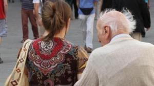 mira badante anziano
