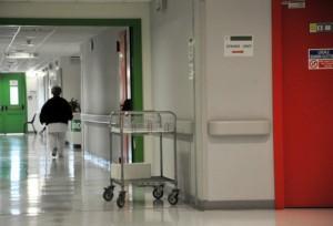 (ANSA) - ANCONA, 24 SET - Sanità: corridoio di ospedale con infermiera e carrello.