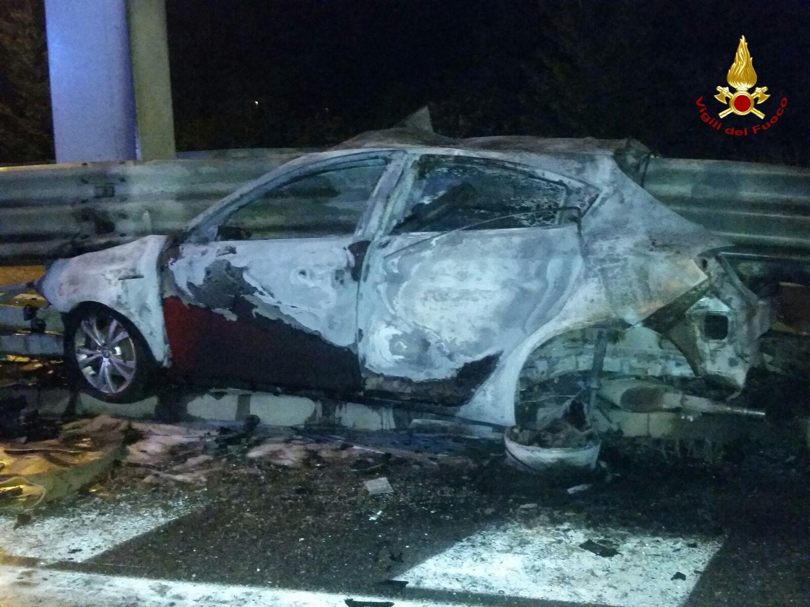 Si schianta contro il guardrail: l'auto prende fuoco, autista decapitato