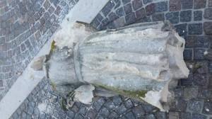 fulmine colpisce statua
