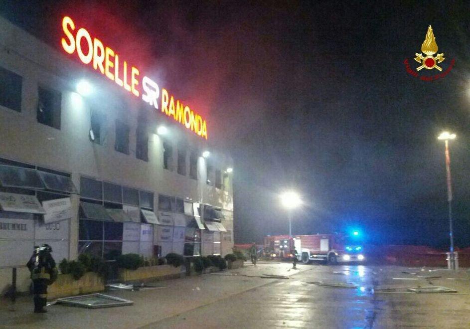 Sant'Angelo, esplosione e fiamme al centro commerciale delle
