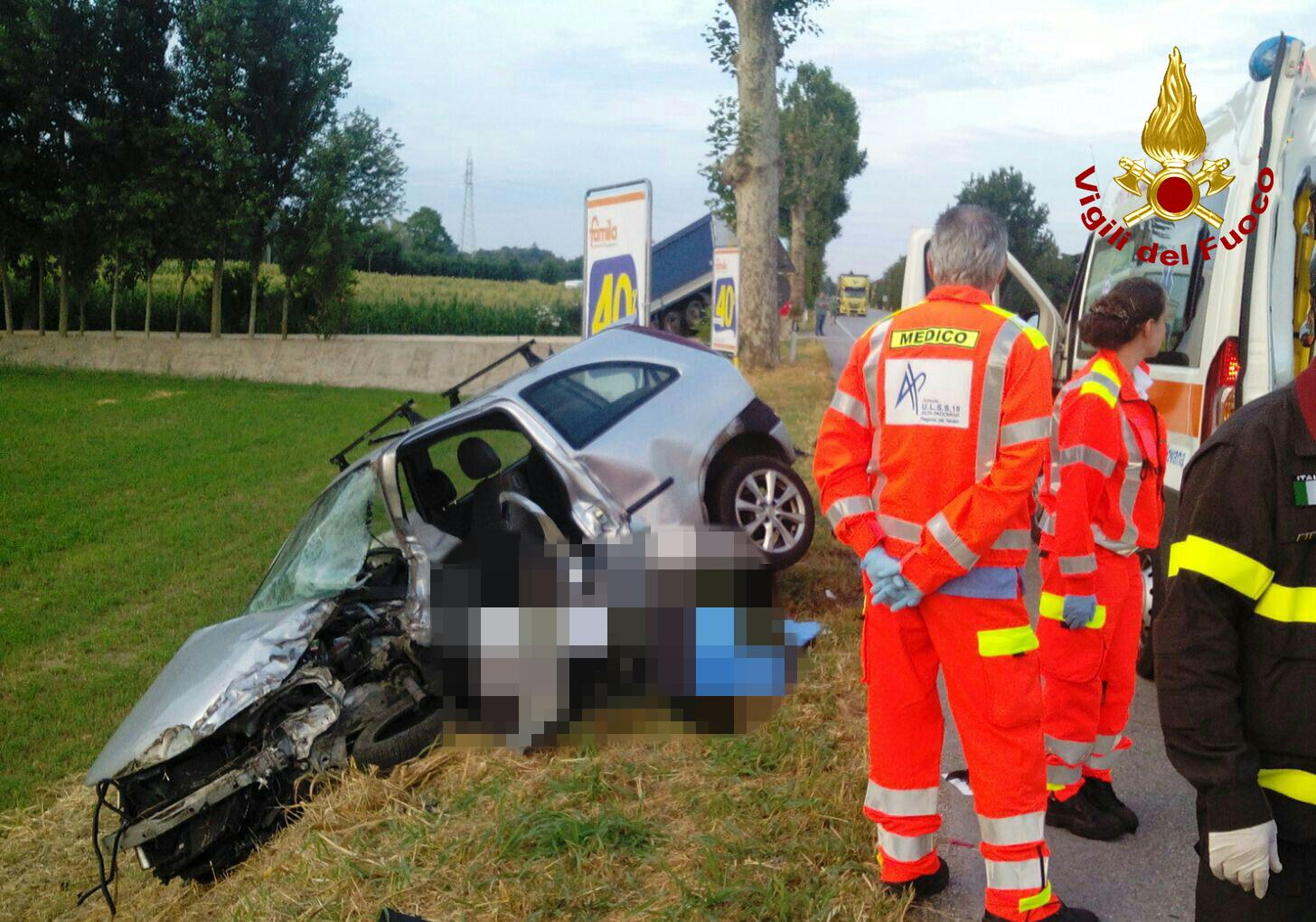 Incidente sulla Valsugana: si schianta con l'auto contro un camion e muore