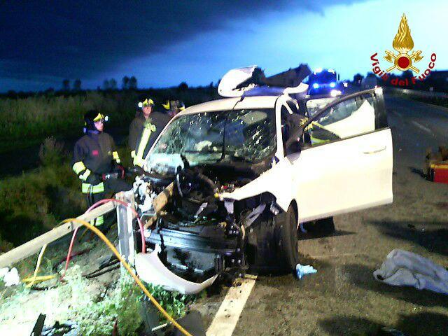 Tragedia sulla Triestina: l'auto sbanda e si schianta, muoiono due giovani