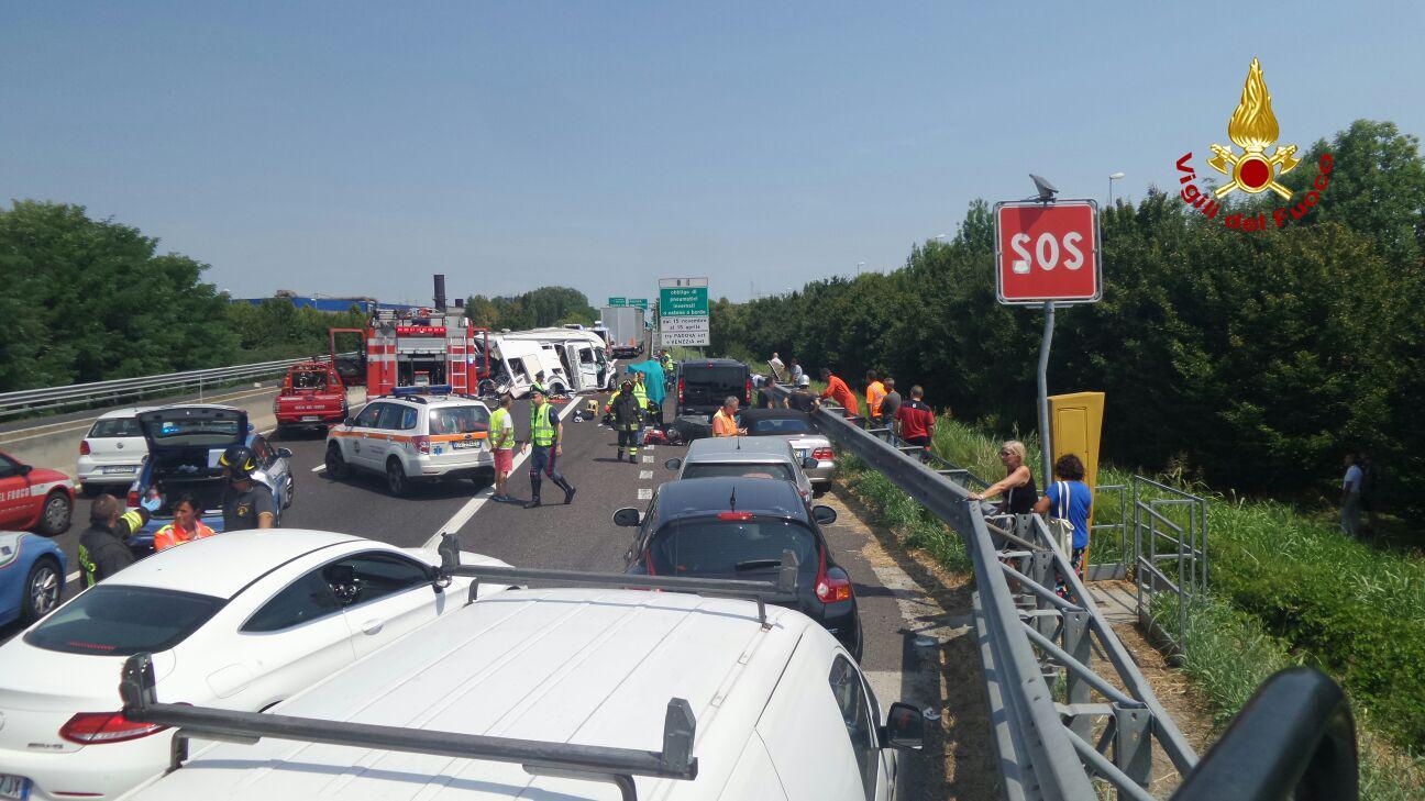 Grave incidente in autostrada: scontro auto-camion all'altezza di