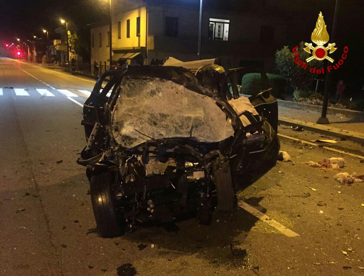 Frontale contro un camion nella notte: nello schianto morti due giovanissimi