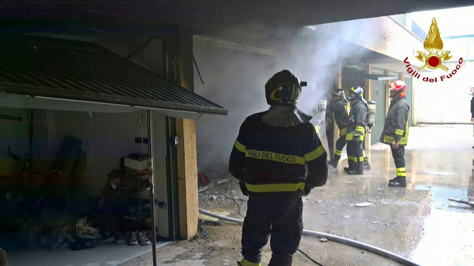In fiamme una mansarda: intervengono i vigili del fuoco