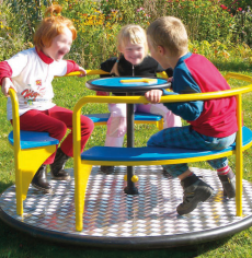 bambini giocano al parco
