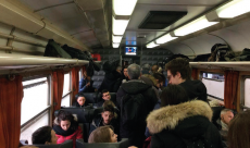 pendolari all'interno di un treno
