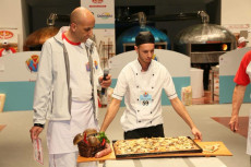Mirko Boniolo prepara la pizza in teglia