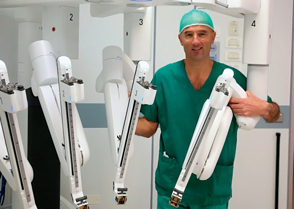 Nella foto il dottor Emilio Morpurgo con il robot Da Vinci Xi