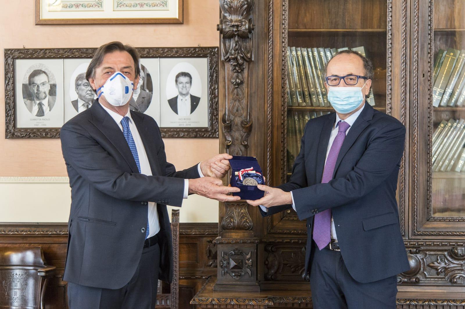 Il sindaco di Padova Sergio Giordani consegna il Sigillo della Città al questore Paolo Fassari