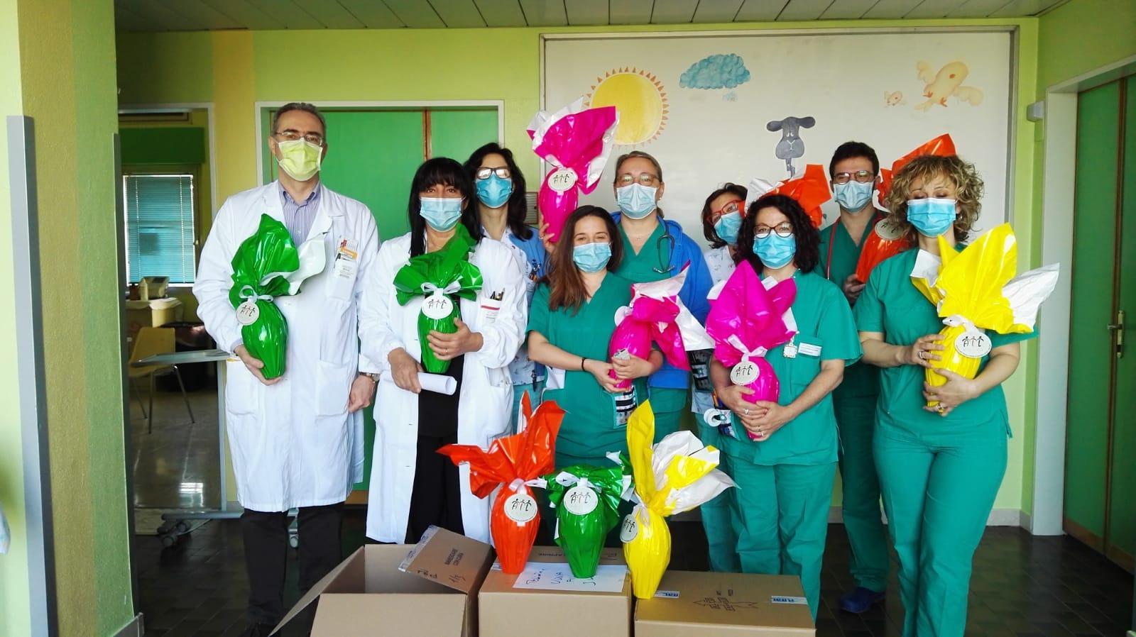 Consegna delle uova al reparto pediatria