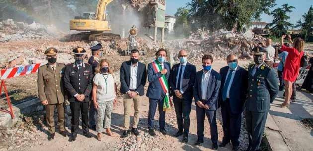 Le autorità nel luogo della demolizione, dove sorgerà la nuova Questura