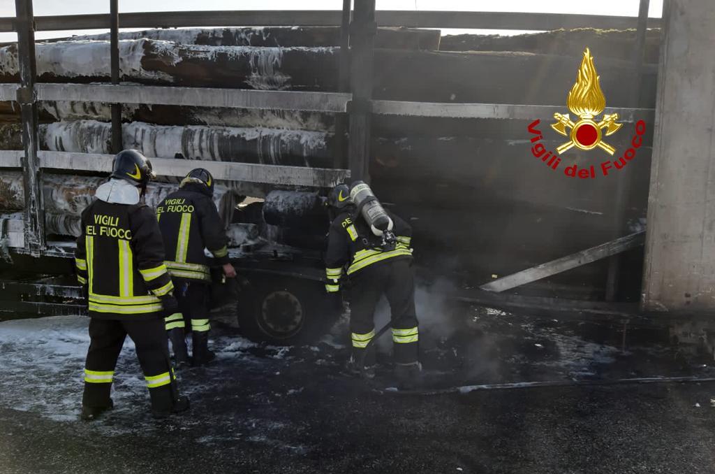 camion tronchi a fuoco A4 tra Grisignano e Padova