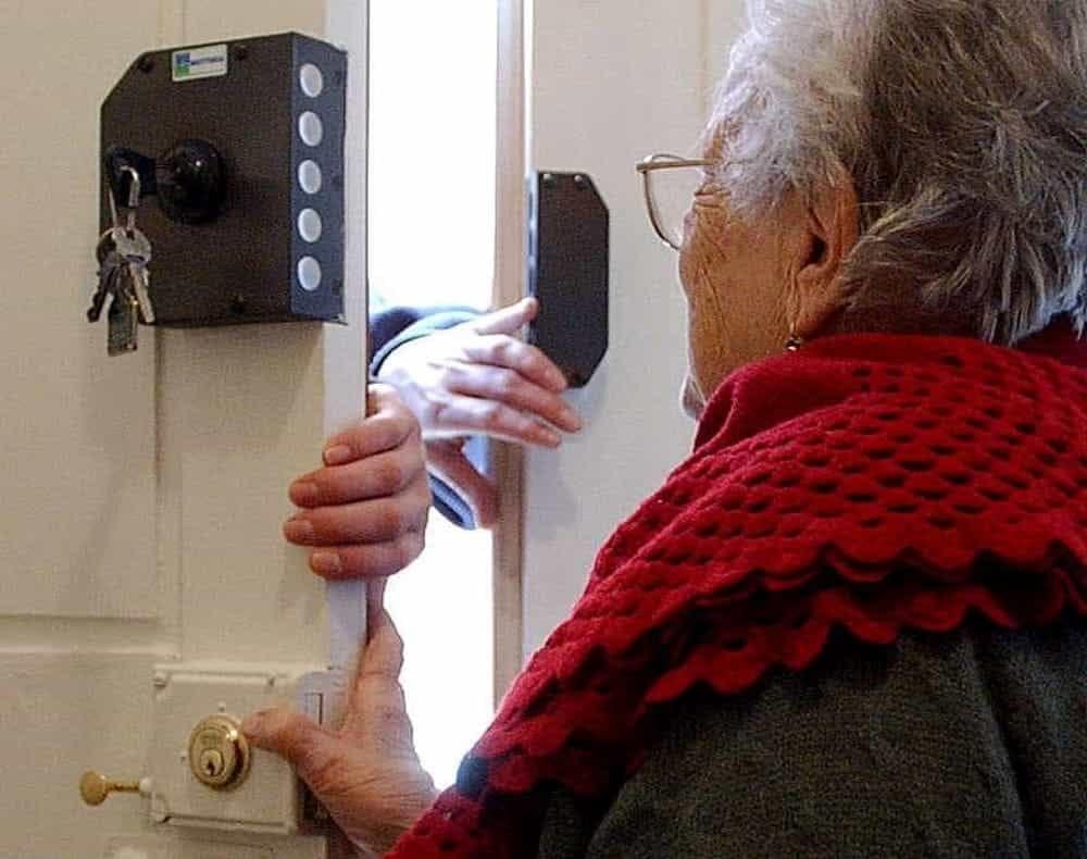 truffa agli anziani soli a casa