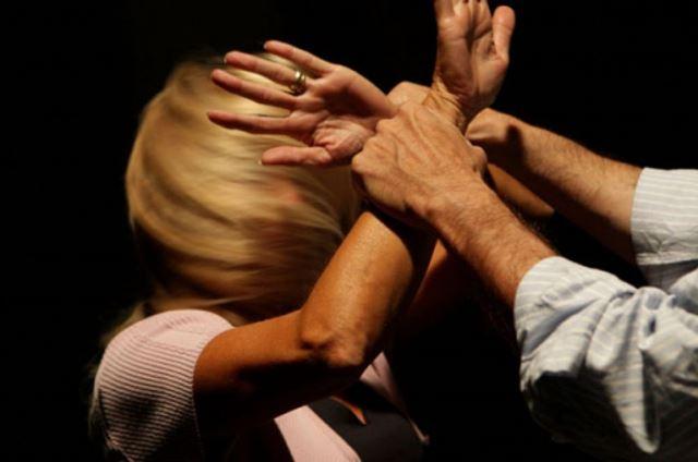 violenza in famiglia marito picchia la moglie