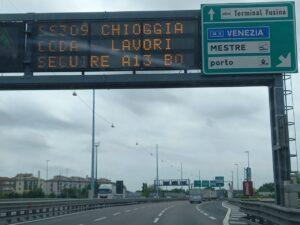 I cartelli luminosi che segnano i lavori al Ponte sul Brenta