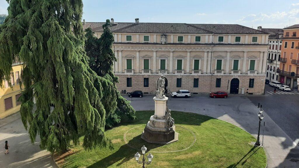 Piazza Duomo Vicenza vista sul Vescovado