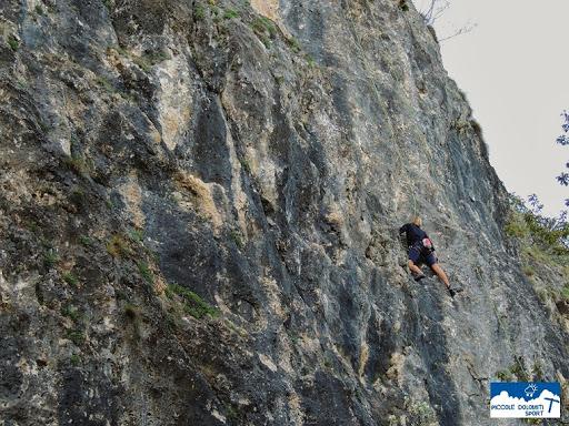 """un freeclimber sulla falesia """"Piccole Dolomiti"""""""